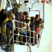 Se calcula que en la embarcación rescatada viajaban unas 400 personas más, de las que no se sabe nada.