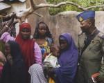 Un soldado nigeriano junto a un grupo de mujeres liberadas del cautiverio de Boko Haram, en Sambisa. EFE