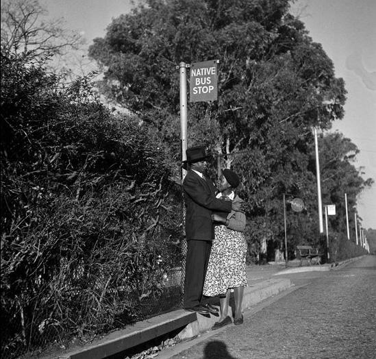 Parada de autobús sólo negros. Sudáfrica