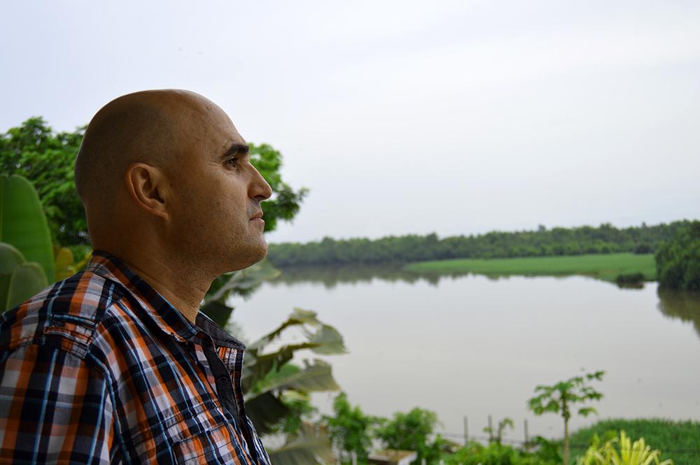 Sergio Mestre, viajero y guía turístico, observando el Río Wouri, a su desembocadura en Douala, Camerún.