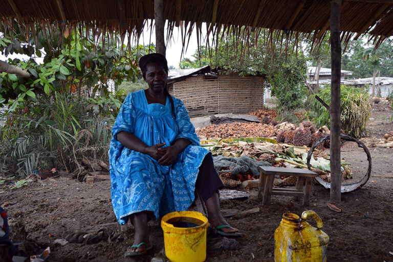 Mujeres, tierra y aceite de palma