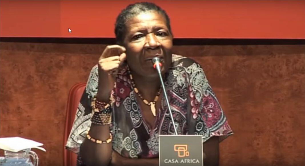 La autora de 'Ekomo', María Nsue, durante una charla en Casa África.