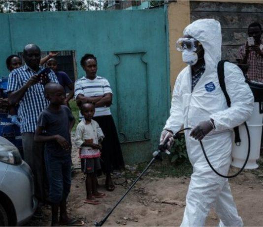 Los servicios de emergencia desinfectando un autobús en el que viajó la primera persona infectada en Kenia. Foto: AFP