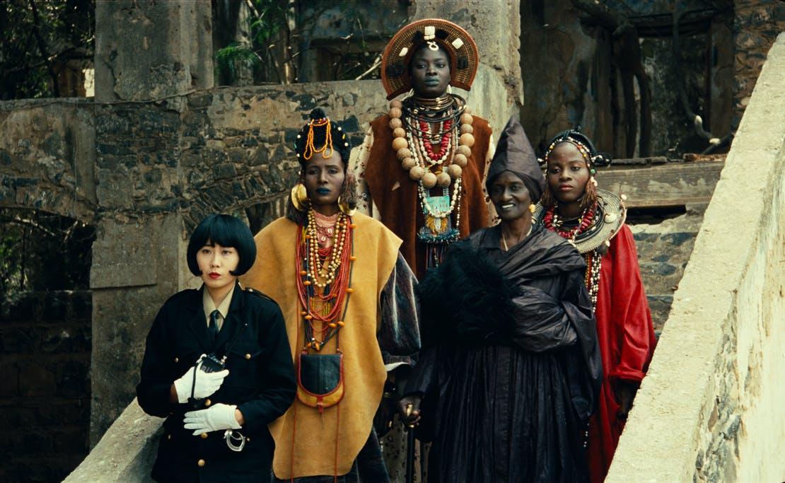 Momento en el que Ramatou aparece rodeada de su séquito de ayudantes. Hyènes. 1991. Djibril Diop Mambety.